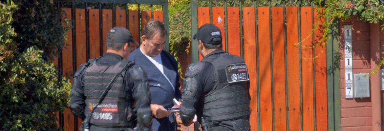Patrulleros Municipales Realizan Actividad Puerta A Puerta Para Entregar Recomendaciones De Seguridad A Los Vecinos De Lo Barnechea